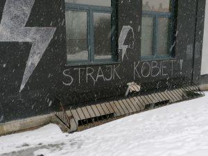 Galeria Labirynt - elewacja budynku z piorunami i napisem Strajk Kobiet